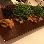 レストラン ラ フィネス -  銅板の漆を何回も塗った器にキノコ