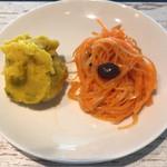 洋食酒場 ラフィン - 挽肉と4種の豆のカレー ¥800 に付くキャロットラペ、マッシュパンプキン