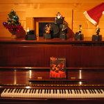 ログキッチン ヴァレ・ノワール - ピアノの上の「リトルジャマー」