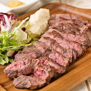 炉区自慢のお肉料理、ステーキや熟成肉はワインとの相性も抜群!