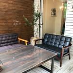 方南カフェ - テラスのソファ席