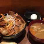 壌 - 新作の豚丼。豚汁、温玉付きで1000円。