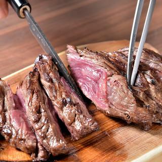 名物ハラミステーキはスタッフが丁寧に焼きあげます。