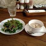 70252240 - サラダ、マッシュルームのスープ