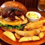 ジャクソンビル - 7月の月替わりバーガー『チリビーンズポテトチーズチキンバーガー』