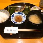 割烹 渡邊 - 白身魚の味噌漬け焼き定食 1,080円 本日は鰆でした。小鉢の大根の煮物はしょうゆ味ですが、口に含むとほんのり柚子の香り!香の物も付いてます。ご飯はお代わりできます。
