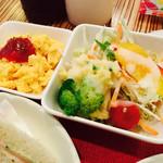 シーユー - サラダはポテサラ、レタス、人参、水菜、ブロッコリー、ミニトマトと種類豊富