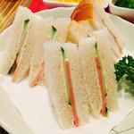 シーユー - 一口サイズのハムときゅうりのサンドイッチ