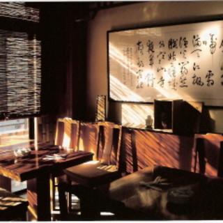 中国より取り寄せた数々の書や画が飾られた、落ちついた店内です♪