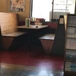 博多金龍 - テーブル席。