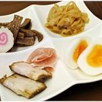 中華そば馥 - 別皿で提供されるトッピング類。