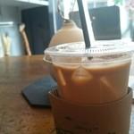 ダモ コーヒー ハウス - 冷たいコーヒーにカバーついとる