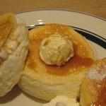 gram - プレミアムパンケーキ (ホイップバター、ホイップクリーム、メープルシロップ)