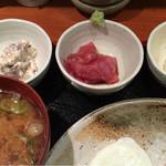 めしの助 - 自家製ツナマヨ・まぐろ刺身・ポテトサラダのアップ