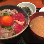 めしの助 - 朝の少し小さめ海鮮丼(小鉢は、丸茄子の揚げ浸し)