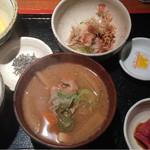 めしの助 - 豚汁定食(イカ納豆):小鉢は、まぐろのブツ刺身