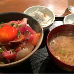 めしの助 - 朝の少し小さめ海鮮丼(小鉢は、しらすと新玉ねぎ)