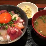 めしの助 - 朝の少し小さめ海鮮丼(小鉢は、貝柱入りポテトサラダ)