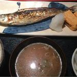めしの助 - 日替わり焼魚定食(いわしの塩焼き):小鉢は、しらすと新玉ねぎ