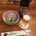 山本屋本店 - 瓶ビールと味噌煮込みうどんに付くお新香