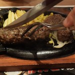 ステーキハウス ブロンコ ビリー - ハンバーグをカット①