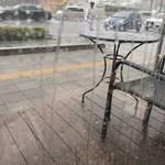 スターバックス・コーヒー - 土砂降りの外