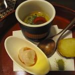 酒肴や 治流 - お通しは「夏の冷製茶碗蒸し、鳥ささみ梅肉仕立て、カンパチの串揚げ」