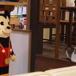 サイドロップ - ネズミ(人形)と猫のにらみ合い(笑)