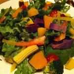 肉酒場 VOLTA - サラダ 彩りきれいでした