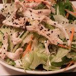 周王山 - 周王山サラダ。 鶏肉が載ったしゃきしゃきサラダ