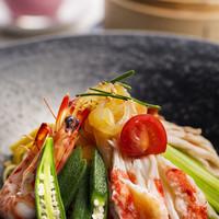 中国料理「花梨」 - 夏の定番冷やし麵。豪華なトッピングが特徴です。