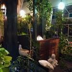 アール座読書館 - 店内は観葉植物が生い茂り、非現実的な不思議な空間