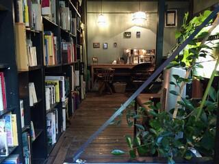 アール座読書館 - 書棚にはたくさんの本が。