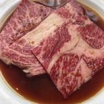 70316963 - ロース肉は薄くて大きな物が三枚です