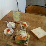 カフェ&ダイナー サンテリア - スモークサーモンとフレッシュ野菜のサンドウィッチ・自家製レモネード