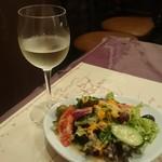 カーザ ダ アンドリーニャ - フレッシュでドライな微発泡ワイン(半分飲んだ後)、サラダには種入りオリーブが