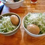 麺屋 陣丸 - 「極め」の別盛り(左)&「極め」の別盛り + 白髪ネギトッピング