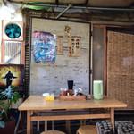 シナカン - テーブル席  つけ麺は昼のみ  思わず沖縄の道の駅思い出した