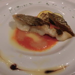 リストランテ エヌ イーゾラ - 明石鯛のポアレ2色ソース、白焼きナス、 ズッキーニ添え