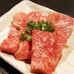 焼肉 近江 - 上カルビ880円。