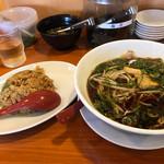 希望軒 - チャーハンセット(奥はサービスの焼き海苔、高菜、ニラキムチ)