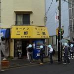 ラーメン二郎 - 雨模様平日正午の並び