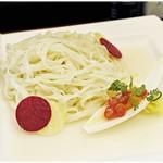 らーめん 稲荷屋 - 冷えっ冷えの麺。麺の下に貝のジュが敷かれてます。レンゲでこそぎとってつけ汁へgo!