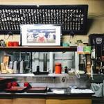 東嶋屋 - テーブル席横の厨房