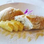70332180 - バナナとマカダミアナッツのパンケーキ