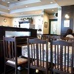 グロヴナーカフェ - 店内の雰囲気です。店内はお昼どきは禁煙になっています。素晴らしいですね。