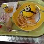ハピネス・カフェ - ミニオンバーガープレート1,890円とミニオン・ロールケーキ600円