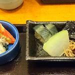 幸家 義太郎 - 幸家 義太郎 @中葛西 本マグロの漬け丼に付く茄子・蕪の煮物、昆布の佃煮・縮緬雑魚のお皿と酢の物の小鉢