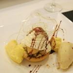 70344425 - ノアゼットバナナ 焦がしバターのアイスクリ-ム カスタードクリームの焦がしホワイトチョコレート タルト バナナソテー 赤ワインソース
