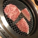 70347193 - しゃぶしゃぶのお肉を焼いてくれます